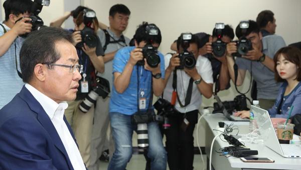 자유한국당 홍준표 전 경남지사가 18일 여의도 당사에서 새 대표 선출을 위한 7·3 전당대회 출마를 공식 선언하고 있다.[사진=연합뉴스]