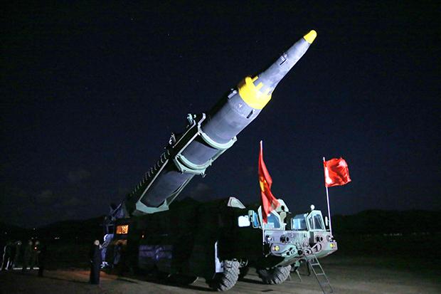 """김정은 북한 노동당 위원장이 5월 14일 새로 개발한 지대지 중장거리 전략 탄도미사일(IRBM) """"화성-12""""의 시험발사에 참관했다고 조선중앙통신이 15일 전했다.[사진=연합뉴스]"""