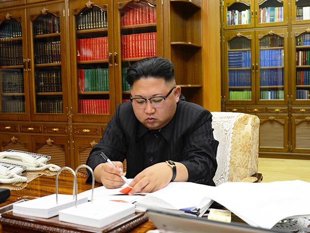 """김정은 북한 노동당 위원장이 3일 대륙간 탄도미사일(ICBM) """"화성-14"""" 시험발사를 명령했다고 조선중앙통신이 4일 보도했다. 김정은 노동당 위원장이 ICBM 발사와 관련한 국방과학원 문건에 서명하고 있다.[사진=연합뉴스]"""