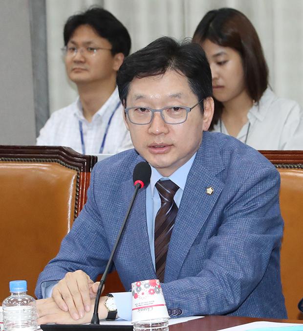 더불어민주당 김경수 의원이 6월 27일 오후 열린 국회 운영위원회의에서 발언하고 있다[사진=연합뉴스]