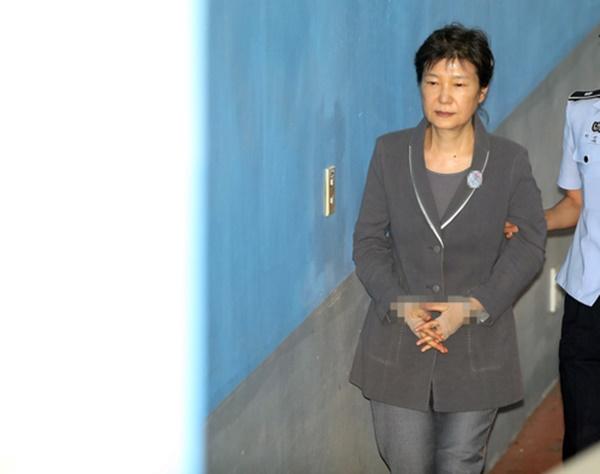 발가락 부상을 이유로 재판에 불출석하던 박근혜 전 대통령이 14일 오후 서울 서초구 중앙지법에 도착해 법정으로 향하고 있다. [사진=연합뉴스]