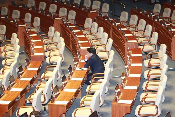 자유한국당 장제원 의원이 22일 오전 국회에서 열린 본회의에 참석해 자리하고 있다. 다른 자유한국당 의원들은 의원총회에 참석해 오전 10시께 본회의에 참석했다.[사진=연합뉴스]