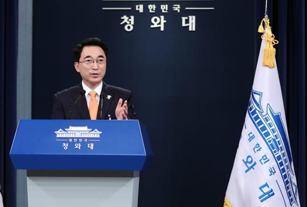 청와대 박수현 대변인이 23일 오전 춘추관 브리핑룸에서 고용노동부 장관 후보로 더불어민주당 김영주(62·3선) 의원이 지명됐다고 밝히고 있다.[사진=연합뉴스]