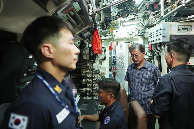 문재인 대통령이 지난 3일 경남 진해 해군기지에 있는 잠수함 사령부를 방문해 둘러보고 있다. [사진=청와대 제공]