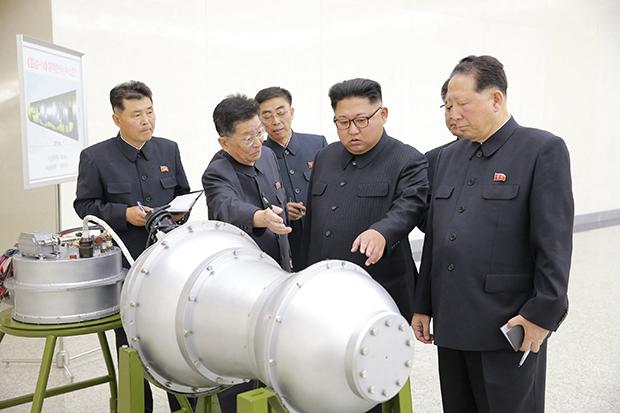 북한 김정은 노동당 위원장이 핵무기연구소를 현지지도했다고 조선중앙통신이 보도했다.[사진=연합뉴스]