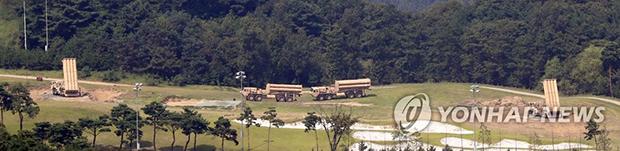 8일 오후 경북 성주군 사드(THAAD·고고도미사일방어체계) 기지에 추가로 반입한 사드 발사대가 설치되고 있다 미군은 앞서 7일 기존의 발사대 2대에다 4기를 추가 배치했다.[사진=연합뉴스]