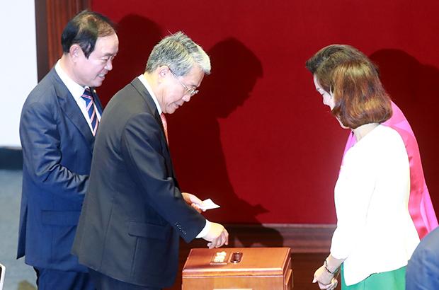 국민의당 김동철 원내대표(오른쪽)와 장병완 의원이 11일 오후 국회 본회의에서 김이수 헌법재판소장 후보자 임명동의안에 대한 표결에 참여하고 있다[사진=연합뉴스]