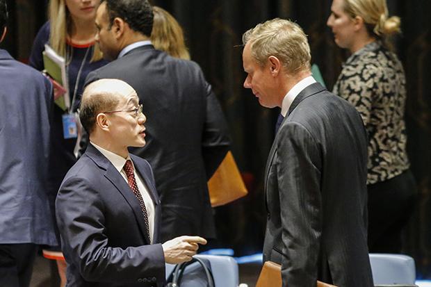 안보리 회의에서 유엔주재 류제이(劉結一, 왼쪽) 중국대사가 매튜 라이크로프트 영국대사와 대화하는 모습. [사진=연합뉴스]