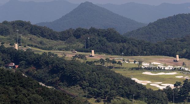 12일 경북 성주 사드 기지에서 발사대가 하늘을 향하고 있다. 주한미군은 사드 발사대 6기 배치 공사를 끝내고 사실상 작전운용에 들어갔다.[사진=연합뉴스]