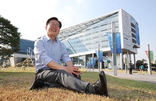 22일 오후 성남시청 잔디밭에서 인터뷰하고있는 이재명 성남시장 [사진=이승환기자]