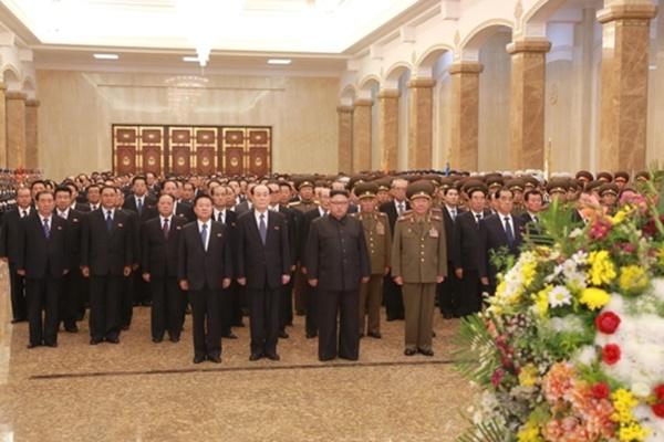 김정은 북한 노동당 위원장이 당 중앙위원회 제7기 제2차 전원회의 참가자들과 함께 금수산태양궁전을 방문했다고 8일 조선중앙통신이 보도했다. [사진=연합뉴스]