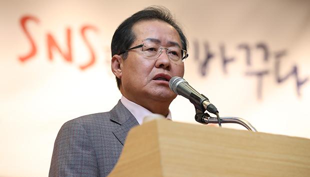홍준표 자유한국당 대표가 11일 오후 국회도서관에서 열린 당 SNS 담당자 워크숍에 참석해 인사말을 하고 있다.[사진=연합뉴스]