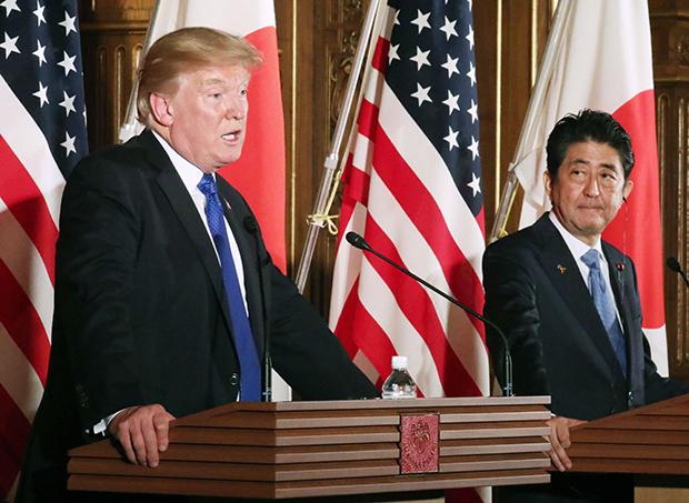 도널드 트럼프 미국 대통령(왼쪽)이 6일 일본 도쿄(東京) 모토아카사카(元赤坂) 영빈관에서 열린 아베 신조(安倍晋三) 일본 총리와의 공동 기자회견에서 발언하고 있다. [사진=연합뉴스]