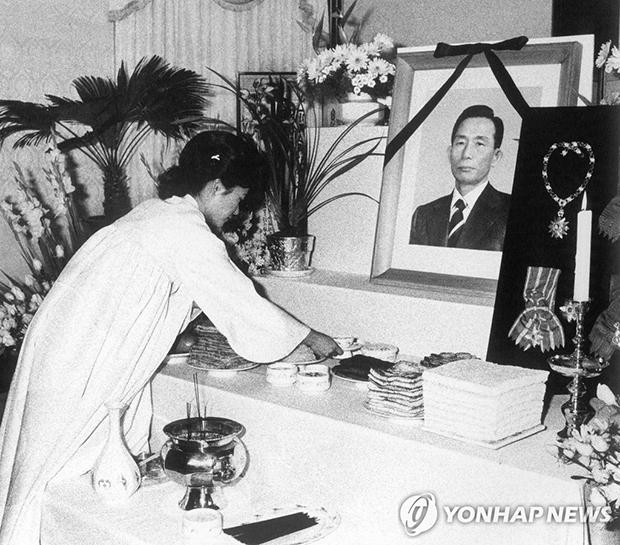 1979년 박정희 전 대통령 장례식에서 영전에 헌화·분향하는 박근혜 전대통령의 영애시절모습 [사진=연합뉴스]