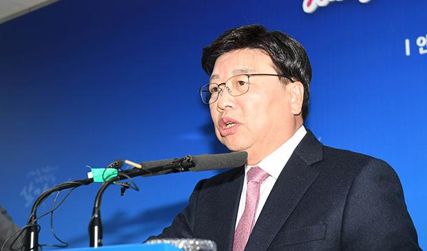 정치자금법 위반으로 징역형이 확정돼 시장직을 잃은 권선택 대전시장이 14일 시청 기자실에서 자신의 입장을 밝히고 있다. [사진=연합뉴스]