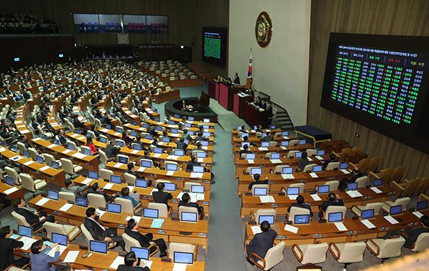 24일 오전 국회 본회의에서 더불어민주당 박주민 의원이 대표발의한 사회적 참사의 진상규명 및 안전사회 건설 등을 위한 특별법안에 대한 수정안이 재석 216 찬성 162, 반대46 기권8로  통과되고 있다. [사진=연합뉴스]