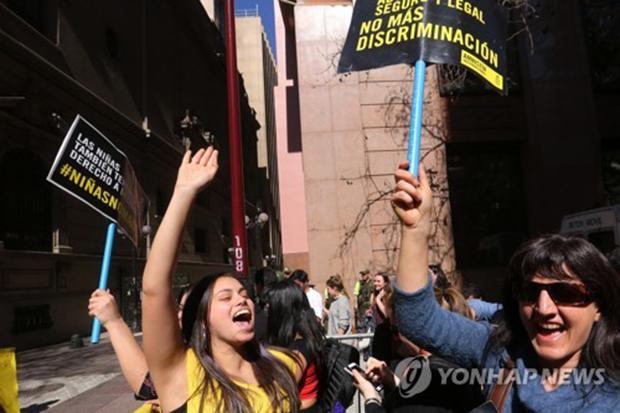 칠레 헌법재판소의 예외적 낙태 허용 결정에 환호하는 여성인권단체 회원들 [AFP=연합뉴스]
