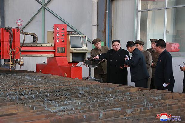"""김정은 북한 노동당 위원장이 """"3월16일공장""""을 현지지도했다고 조선중앙통신이 4일 보도했다. [사진=연합뉴스]"""