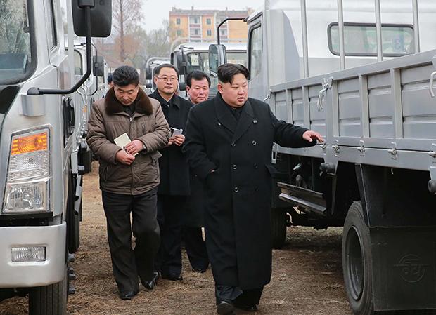 김정은 북한 노동당 위원장이 승리자동차연합기업소를 시찰했다고 조선중앙통신이 21일 보도했다.[사진=연합뉴스]