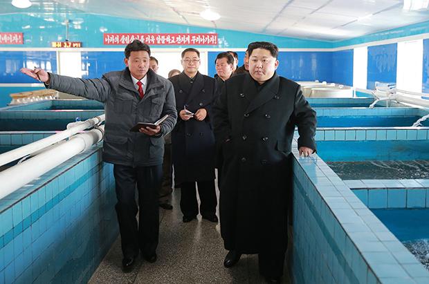 김정은 북한 노동당 위원장이 평안남도에 새로 지어진 순천 메기양어장을 방문했다고 28일 조선중앙통신이 보도했다.[사진=연합뉴스]