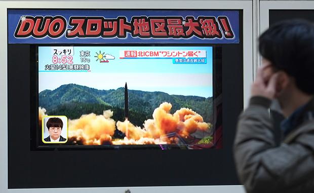 북한이 75일 만에 탄도미사일을 발사한 29일(현지시간) 일본 도쿄에서 한 행인이 자료 화면을 활용해 관련 뉴스 속보를 전하는 TV 화면 앞을 지나가고 있다. 이날 새벽 북한이 탄도미사일을 발사하자 일본 정부는 해당 미사일이 낙하하기도 전에 관련 기자회견을 하고 새벽에 국가안전보장회의(NSC)를 개최했는가 하면 일본 언론매체들은 비슷한 시간대에 속보를 전하고 호외를 발행하는 등 신속 대응했다. [사진=연합뉴스]