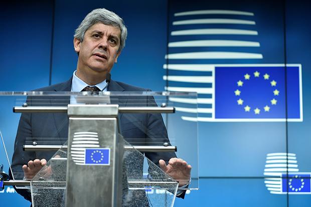 """유럽연합(EU)의 유로화 사용국가 재무장관 협의체 """"유로그룹""""의 새 의장으로 선출된 마리우 센테노 포르투갈 재무장관이 4일(현지시간) 벨기에 브뤼셀에서 기자회견을 하고 있다. EU는 5일 브뤼셀에서 28개 회원국 재무장관이 참석한 가운데 열린 재정경제이사회에서 한국을 비롯한 역외 17개 국가를 조세회피처 블랙리스트 국가로 선정했다고 밝혔다.[사진=연합뉴스]"""