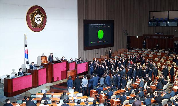 5일 밤 국회에서 재개된 2018년도 예산안 처리를 위한 국회 본회의에서 자유한국당 의원들의 항의속에 소득세법 개정안이 가결되고 있다.[사진=연합뉴스]