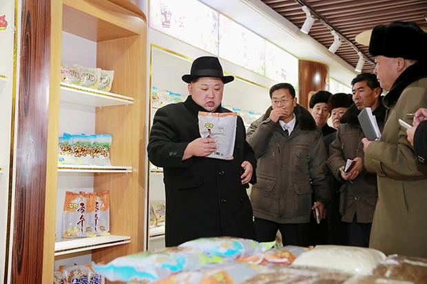 """김정은 북한 노동당 위원장이 양강도 삼지연군(郡)에 새로 건설한 감자가루 생산공장을 시찰했다고 조선중앙TV가 6일 보도했다. 김정은의 이번 시찰은 김정일 6주기(12월17일)를 앞두고 이뤄졌다. 백두산 일대인 삼지연군은 북한이 김일성의 """"혁명활동 성지""""이자 김정일 국방위원장의 출생지로 선전하는 지역이다.[사진=연합뉴스]"""