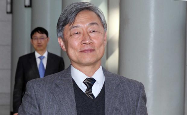 7일 감사원장에 내정된 최재형 사법연수원장이 원장실을 나서고 있다. [사진=연합뉴스]