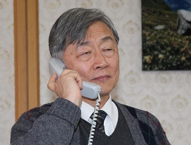 7일 감사원장에 내정된 최재형 사법연수원장이 원장실에서 전화 통화를 하고 있다.[사진=연합뉴스]