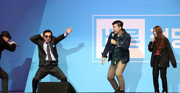 바른정당 대통령후보자 선출대회 축가공연에서 김성태 의원이 공연팀과 함께 춤을 추고 있다[사진=연합뉴스]