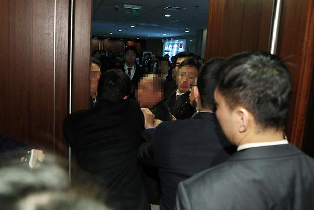 """14일 오전 문재인 대통령 국빈방문 행사를 취재하던 한국의 한 사진기자가 베이징 국가회의 중심 B홀에서 중국 측 경호 관계자에게 일방적으로 폭행 당하고 있다. """"한·중 경제·무역 파트너십 개막식 """"에서 스타트업관 이동 중에 폭행당했다. [사진=연합뉴스]"""