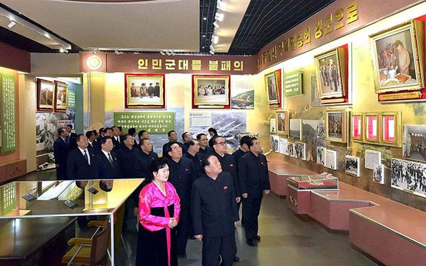 지난 17일 북한 노동당 간부들이 김정일 사망 6주기를 맞아 조선혁명박물관을 참관하고 있다.[사진=연합뉴스]