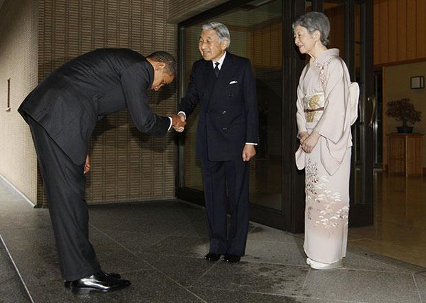 본 황궁에 도착한 버락 오바마 미국 대통령이 아키히토 일왕 부부의 영접을 받으면서 허리를 깊숙이 숙여 인사하고 있다[사진=매경DB]