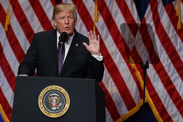 도널드 트럼프 미국 대통령이 18일(현지시간) 미 워싱턴DC 로널드 레이건 빌딩에서 취임 11개월 만에 마련한 미국의 새 국가안보전략(NSS)을 발표하고 있다.[사진=연합뉴스]