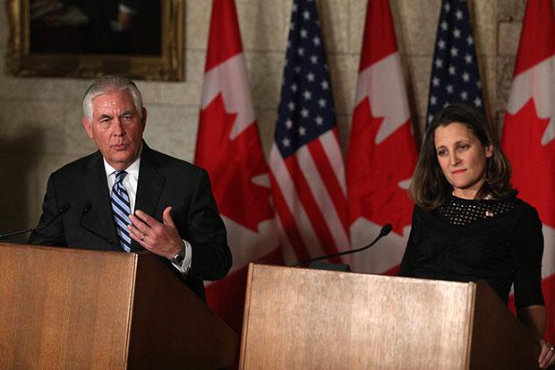 캐나다를 방문 중인 렉스 틸러슨(왼쪽) 미국 국무장관과 크리스티아 프리랜드 캐나다 외교장관이 19일(현지시간) 오타와의 캐나다 의회에서  공동 기자회견 하고 있다.[사진=연합뉴스]
