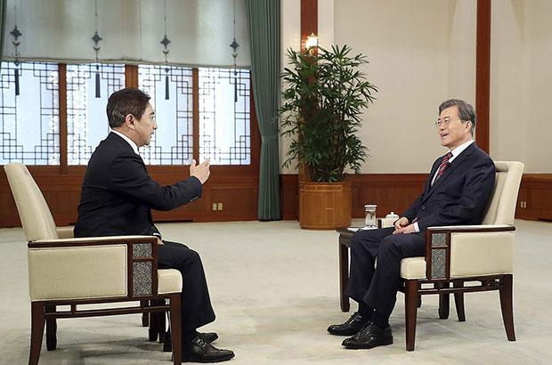 문재인 대통령이 12월 8일 오후 청와대 본관 충무실에서 중국 CCTV와 인터뷰를 하고 있다. [사진=청와대]