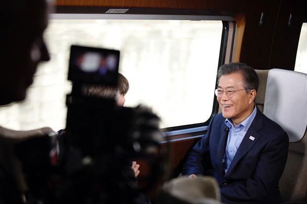 """문재인 대통령이 12월 19일 오후 대통령 전용고속열차인 """"트레인 원"""" 내에서 미국 측 평창동계올림픽 주관 방송사인 NBC와 인터뷰를 하고 있다.[사진=청와대]"""
