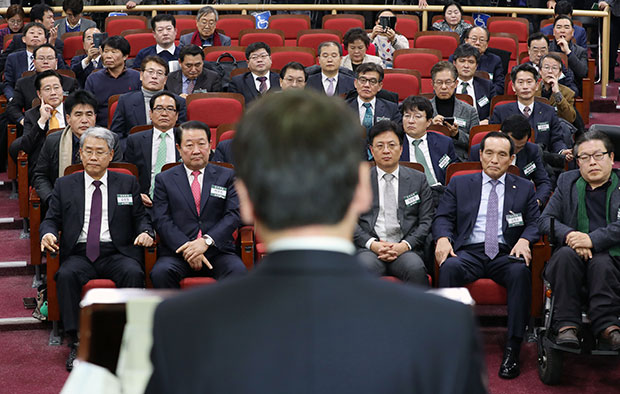 국민의당 안철수 대표가 21일 오후 국회 의원회관에서 열린 국민의당 당무위원회의에 참석해 통합의 필요성에 대해서 발언하자 참석한 당문위원들과 의원들이 굳은표정으로 안 대표를 바라보고 있다.[사진=연합뉴스]