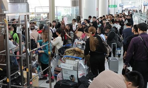 22일 오후 인천공항 탑승동 면세품 인도장이 중국인 여행객들로 크게 붐비고 있다. 2017.12.22 [사진출처=연합뉴스]
