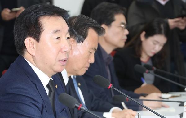 자유한국당 김성태 원내대표가 25일 오후 국회에서 열린 원내대책회의에서 발언하고 있다. [사진=연합뉴스]