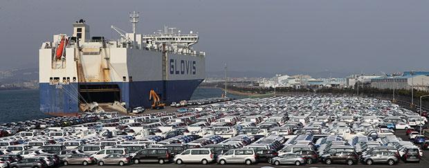 내년 1월 5일 열리는 한미 자유무역협정(FTA) 제1차 개정협상에서 미국이 자동차 등 여러 분야에서 개정을 요구할 것으로 예상되는 가운데 28일 현대자동차 울산공장 선적부두에 수출을 기다리는 차량이 늘어서 있다. [사진=연합뉴스]