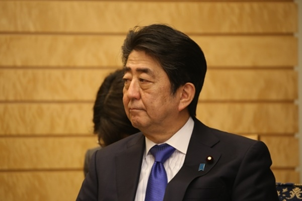 19일 도쿄에 있는 총리관저에서 강경화 외교장관의 예방을 받은 아베 신조(安倍晋三) 일본 총리. [사진=연합뉴스]