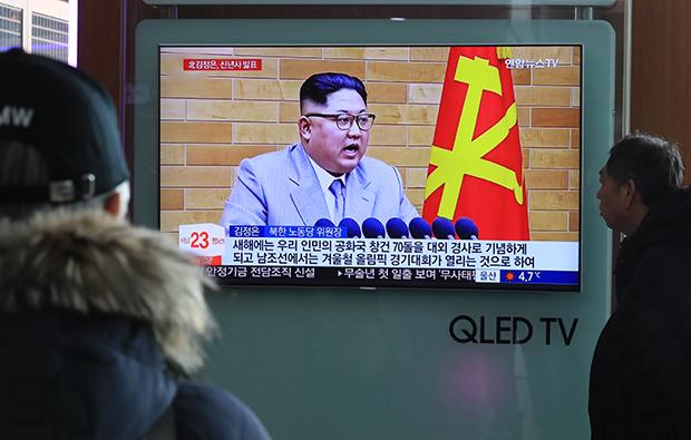 1일 오후 서울역에서 시민들이 북한 김정은 노동당 위원장의 신년사 연설 관련 뉴스를 지켜보고 있다. [사진=연합뉴스]