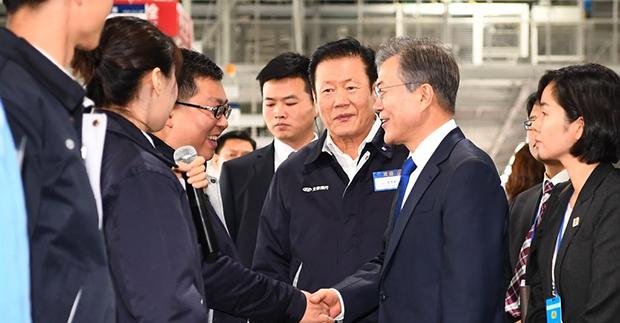 문재인 대통령이 12월 16일 오후 중국 충칭시 현대자동차 제5공장을 방문해 생산라인을 둘러보며 현장 직원들을 격려하고 있다[사진=연합뉴스]