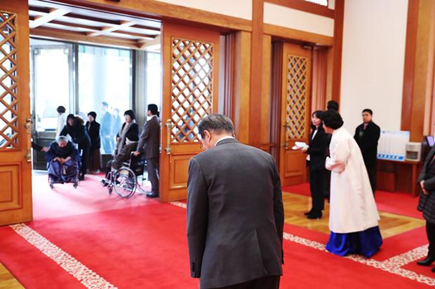 문재인 대통령은 4일 일본군 위안부 피해자들을 청와대로 초청해 오찬을 함께 했다.문 대통령이 오찬을 마친뒤 배웅하고 있다. [사진=청와대]