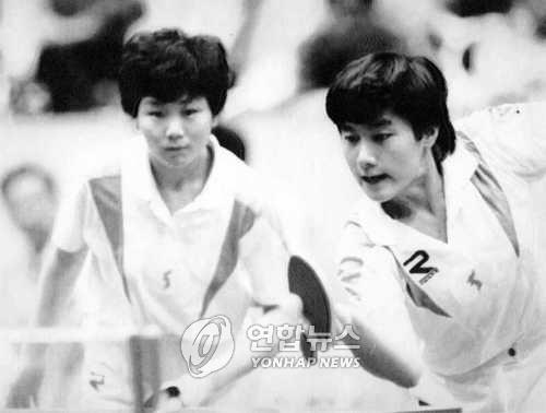 1991년 단일팀으로 경기하는 남한 현정화(오른쪽)와 북한 리분희[사진=연합뉴스]