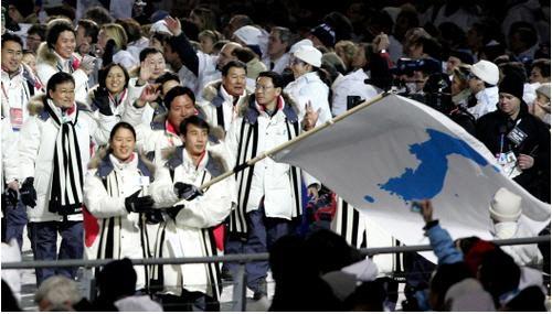 북한 남자 피겨스케이팅 한정인과 한국 여자 스피드스케이팅 이보라가 지난 2006년 토리노동계올림픽 개회식에 한반도기를 함께 흔들며 입장하고 있다. [사진=연합뉴스]