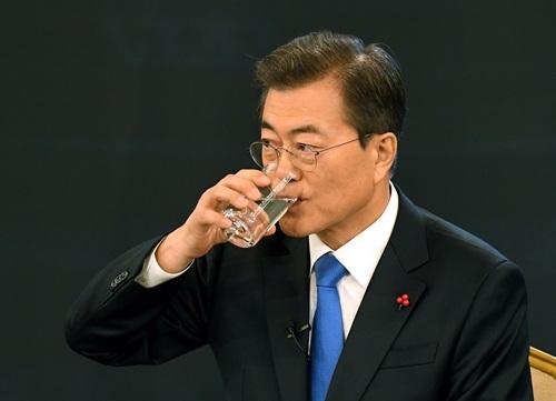 10일 오전 청와대 영빈관에서 열린 문재인 대통령 신년기자회견서 물을 마시고 있다.20180110 <사진출처=청와대사진기자단>