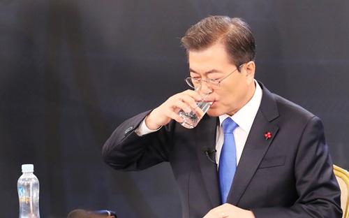문재인 대통령이 10일 오전 청와대 영빈관에서 열린 신년 기자회견에서 물을 마시고 있다. 2018.1.10 <사진출처=연합뉴스>